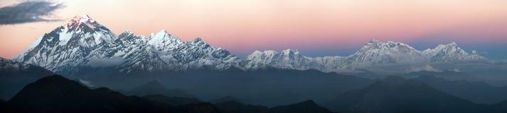Aftonpanoramautsikt av monteringen Dhaulagiri och monteringen Annapurna Fotografering för Bildbyråer