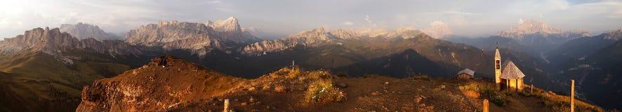 Aftonpanoramautsikt från dolomitesberg Royaltyfria Bilder