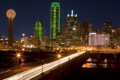 Aftonpendlingssträcka i i stadens centrum Dallas, Texas Arkivfoto