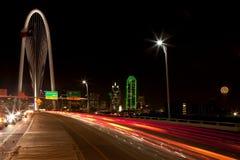 Aftonpendlingssträcka i i stadens centrum Dallas, Texas Royaltyfri Bild