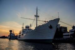 Aftonport i det Kaliningrad lastfartyget i hamnen på solnedgångbakgrund royaltyfri foto