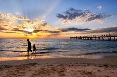 Aftonpromenad på stranden Royaltyfria Foton