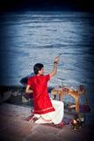 Aftonritual av att tillbe till Ganges River Arkivfoton