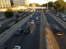 Aftonrusningstid på den sydvästliga motorvägen arkivfoto