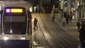 Aftonrusningstiden i storstaden, pendlare reser med kollektivtrafik efter arbete stock video