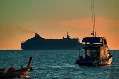 Aftonseascape E Silhouettes av ships Varmt tona Arkivbilder