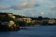 Aftonsikt av byggnader och hotell i prinsen Ruperts Cove, St Thomas, USVI Fotografering för Bildbyråer