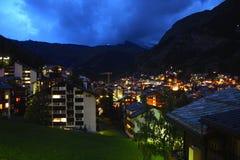 Aftonsikt av byn av Zermatt, Schweiz Royaltyfri Foto