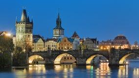 Aftonsikt av Charles Bridge i Prague, Tjeckien Arkivfoton