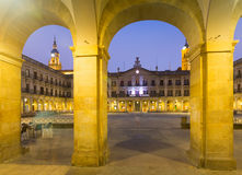 Aftonsikt av den Berria fyrkanten Vitoria-Gasteiz Spanien arkivfoton
