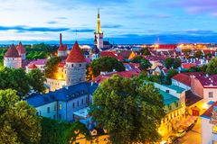 Aftonsikt av den gamla staden i Tallinn, Estland Royaltyfri Fotografi