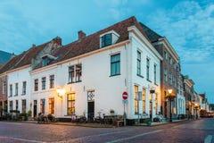 Aftonsikt av den historiska holländska townen Elburg arkivfoto