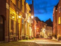 Aftonsikt av den holländska historiska stadsmitten av Deventer Arkivfoton
