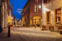 Aftonsikt av den holländska historiska stadsmitten av Deventer Arkivbild