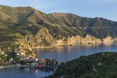 Aftonsikt av den lilla och charma Assos byn på den Kefalonia ön royaltyfri fotografi