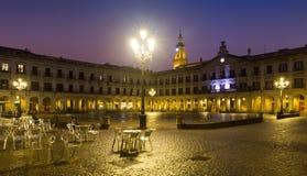 Aftonsikt av den nya fyrkanten och stadshuset Vitoria-Gasteiz Royaltyfri Bild