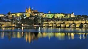 Aftonsikt av den Prague slotten med St Vitus Cathedral Royaltyfri Fotografi