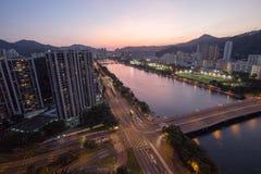 Aftonsikt av den Shatin floden med bostads- byggnad i Hong Kong Arkivfoto