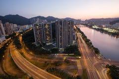 Aftonsikt av den Shatin floden med bostads- byggnad i Hong Kong Royaltyfri Bild