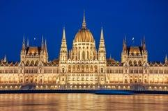 Aftonsikt av den ungerska parlamentbyggnaden på banken av Donauen i Budapest, Ungern Royaltyfri Fotografi