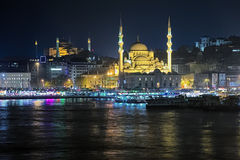 Aftonsikt av den Yeni Mosque och Eminonu pir i Istanbul, Turkiet Arkivbilder