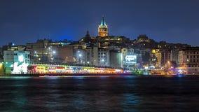 Aftonsikt av det Galata tornet och den Galata bron i Istanbul Royaltyfria Bilder