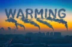 Aftonsikt av det industriella landskapet av staden med rökutsläpp från lampglas på solnedgångglobal uppvärmning Arkivfoto