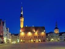 Aftonsikt av det Tallinn stadshuset, Estland Royaltyfri Bild