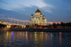 Aftonsikt av domkyrkan av Kristus frälsaren i Moskva i Ryssland Sikten från sidan av floden royaltyfri foto