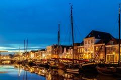 Aftonsikt av en holländsk kanal i centret av Zwolle Royaltyfri Foto