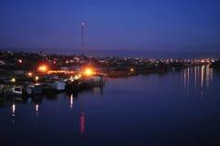 Aftonsikt av flodbanken och floden Royaltyfri Fotografi