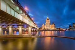 Aftonsikt av hotellet Ukraina Radisson och Novoarbatsky Brid Royaltyfri Fotografi