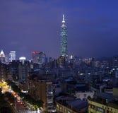 Aftonsikt av i stadens centrum Taipei 101 Arkivfoto