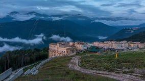 Aftonsikt av komplexet av hotell i berg arkivfoto