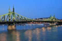 Aftonsikt av Liberty Bridge i Budapest Fotografering för Bildbyråer