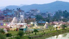 Aftonsikt av nöjesfältet i lilla staden Pokhara, Nepal lager videofilmer