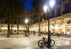 Aftonsikt av Placa Reial i Barcelona Royaltyfria Bilder