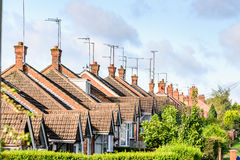 Aftonsikt av raden av typisk engelska terrasserade hus i Northampton Royaltyfri Bild
