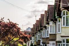 Aftonsikt av raden av typisk engelska terrasserade hus i Northampton Arkivbild
