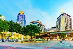 Aftonsikt av Silom den finansiella områdeshotell och Silom statioen Royaltyfri Foto