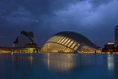 Aftonsikt av staden av konster och vetenskaper i Valencia, Spanien royaltyfri fotografi
