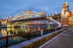 Aftonsikt av Stets Andrew bro och ryska akademi av vetenskaper (RAS) Fotografering för Bildbyråer