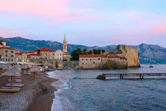 Aftonsikt av stranden på den gamla staden av Budva, Montenegro Arkivbilder