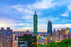 Aftonsikt av Taipei 101 Arkivbild