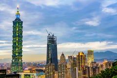 Aftonsikt av Taipei det finansiella området och 101 som bygger Fotografering för Bildbyråer