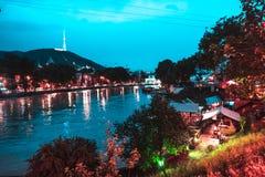 Aftonsikt av Tbilisi och Kuraet River på skymning royaltyfria foton