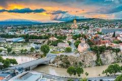 Aftonsikt av Tbilisi på den färgrika solnedgången georgia Sommarstad Royaltyfri Fotografi