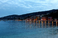 Aftonsikt av Villefranche-sur-Mer i den franska Rivieraen Arkivfoto