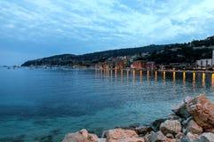 Aftonsikt av Villefranche-sur-Mer i den franska Rivieraen Royaltyfria Bilder