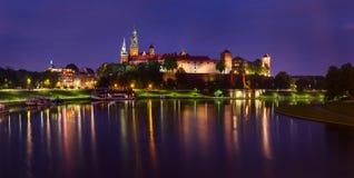Aftonsikt av Wawel den kungliga slotten i Krakow, Polen royaltyfri foto